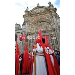 Confrades saliendo de la Iglesia Prioral